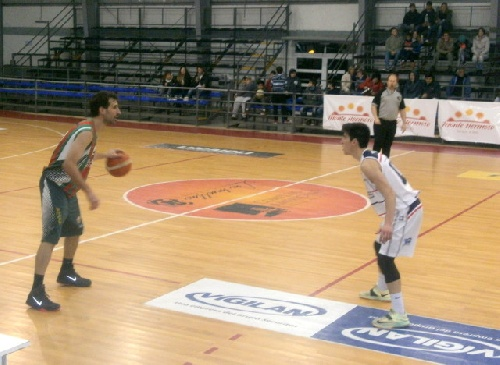 Basquet Tresarroyense - Monte Basquet derrotó a Deportivo Sarmiento e igualó la serie.