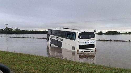 Autopista Rosario-Buenos Aires, micros arrastrados por el agua, pasajeros rescatados por bomberos