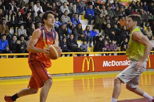Basquet Bahiense - Esteban Silva goleador de Bahiense para la victoria sobre Estrella.