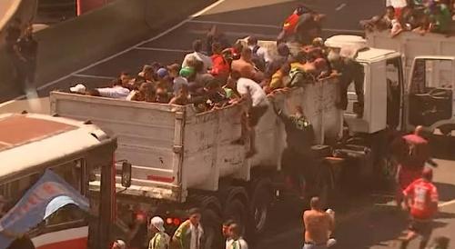 Cajas de camiones repletas de manifestantes llegaban a la marcha de Moyano