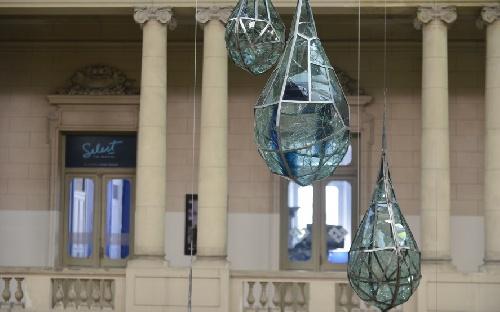 El artista Piguense Sergio San Martin y su obra de arte sustentable en hall del Pasaje Dardo Rocha de La Plata