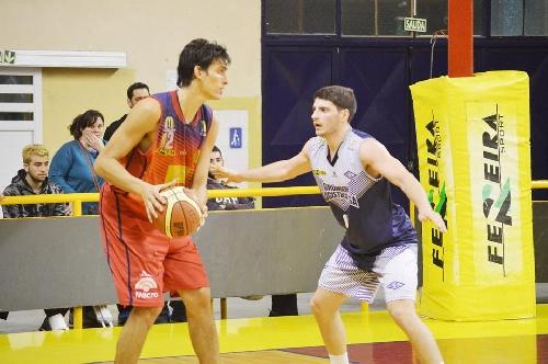 Basquet Bahiense - Con la derrota de Liniers, Bahiense al superar a Estudiantes toma la punta del torneo - 4 puntos de Esteban Silva.