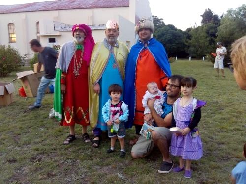 """Los """"mágicos"""" con regalos para los niños de Colonia San Martín y Dufaur"""