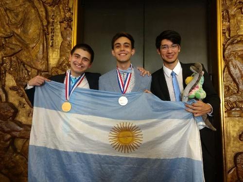 Oro y bronce para dos estudiantes argentinos en las Olimpíadas de Química en París