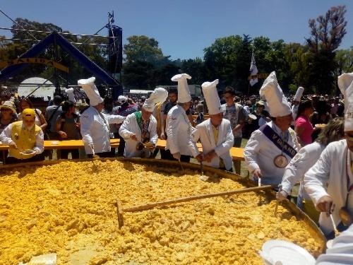 Multitudinaria convocatoria de la vigésima Omelette Gigante para los festejos del 134º aniversario de  Pigüé