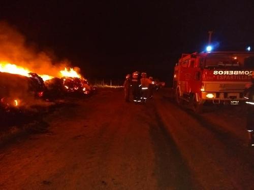 Bomberos de Espartillar debieron sofocar incendio de rollos de pasto