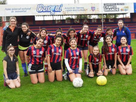 Futbol Femenino - Las chicas del Club Peñarol jugaron ante San Martín de Carhué.