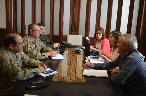 """Reunión del gobierno municipal con las jefaturas de la Guarniciones Ejército """"Pigüé"""" y BAL 'Pigüé y el Reg Inf Mec 3 Grl Belgrano"""