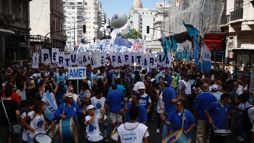 Multitudinaria marcha a Plaza de Mayo: miles de docentes protestan