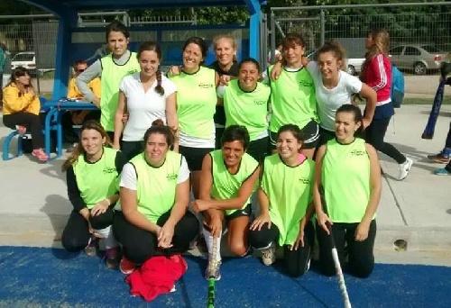 Hockey Femenino - Con un empate entre Sarmiento y el Cef 83 dio comienzo el torneo de Mamis Hockey Anual del AHS.