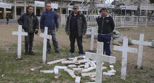 Héroes de Malvinas le exigen a Camioneros que paguen por destruir las cruces en Plaza de Mayo