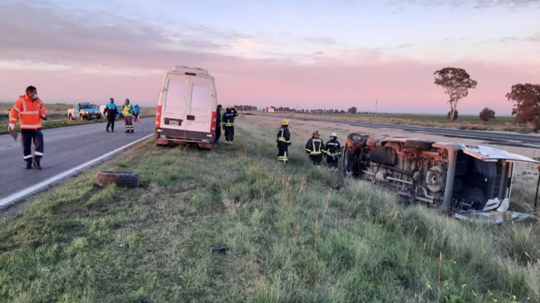 Ruta Nacional 33 : un choque involucró a tres vehículos y debieron asistir a cuatro personas