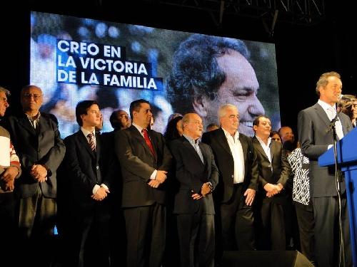 El Intendente Corvatta  y vecinos en el acto de entrega de escrituras realizado por el gobernador Scioli