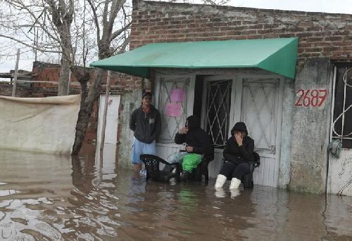 Inundaciones: una familia paso la noche en el cementerio