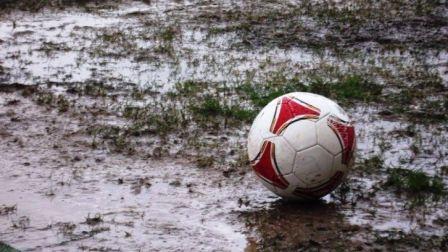 El fútbol en nuestra ciudad fue suspendido por el mal tiempo.