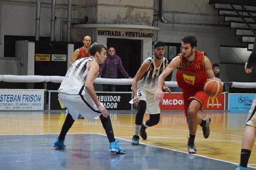 Basquet Bahiense - Esteban Silva goleador del cotejo en el que Bahiense superó a Liniers.