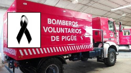 Formación con sirena en homenaje póstumo a un bombero fundador de los voluntarios piguenses