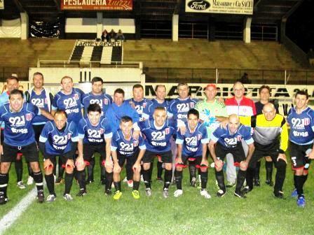 Fútbol del Recuerdo - Unión Pigüé derrotó a Ferroviario y es puntero en su grupo.