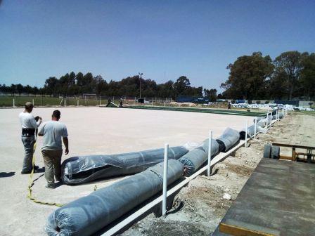 Club Sarmiento comenzó la instalación del piso en su cancha auxiliar.