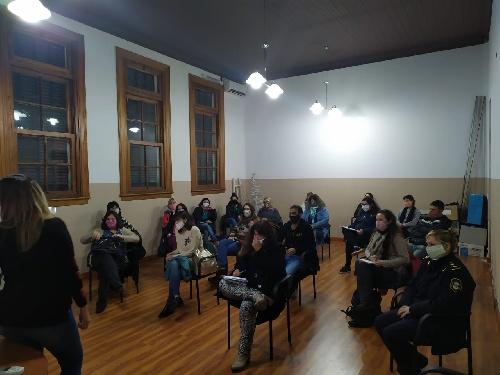 Equipo del Minist. de Seguridad Bonaerense y la Comisaría de la Mujer de Bahia Blanca en Pigüé respecto de la violencia de género