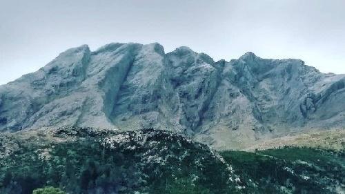 La postal del día en la región: el Cerro Ventana amaneció de blanco