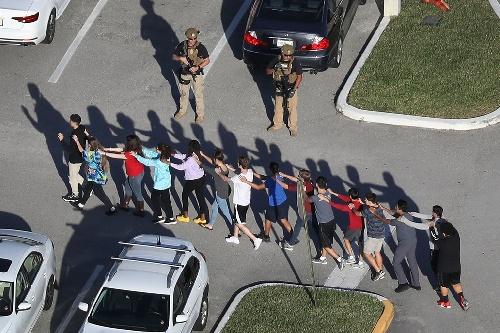 """Tiroteo en la escuela de Florida, E.E.U.U.: """"Mis amigos tuvieron que pasar sobre las víctimas para poder salir"""", dijo una sobreviviente argentina"""