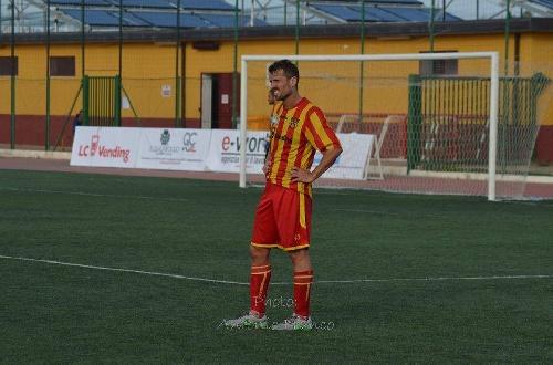 Calcio Serie E - Con la presencia de Maxi Ginobili, el puntero Isola goleó y sigue en la punta del torneo.