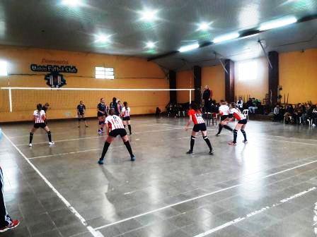Volley - Sarmiento y Unión Pigüé en Damas juegan semifinales de la AVSO.