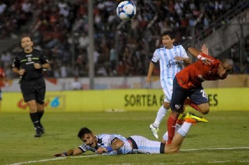 En un flojo partido, Atlético Tucumán con Leo González empató sin goles ante Independiente.