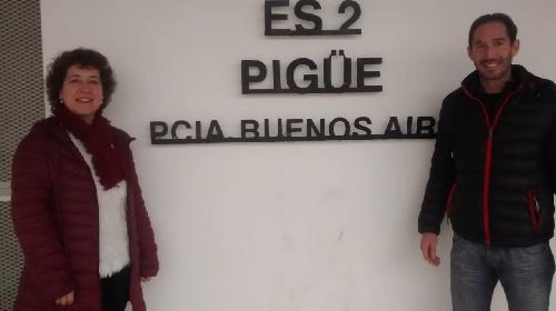 Valeria Visotsky y Juan I Ortega pre candidatos del Frente de Todos visitaron escuelas de la ciudad