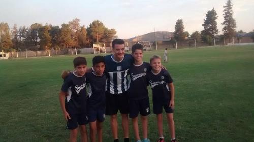 Leandro González tuvo una charla con los chicos del Club Sarmiento.