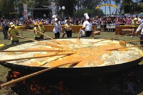 21ª Omelette Gigante Gratuita del festejo de los 135 años de Pigüé